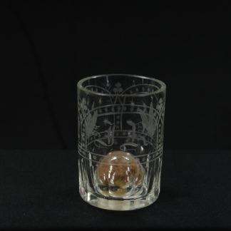 Glas, Anf. 19. Jh., Biedermeier, zur Erinnerung, zylinderförmig, dickwandiges Glas mit vier bogenförmigen Kartuschen, verziert mit geschliffenen Blumen, Blättern und Sternen in Mattschliff, eine Kartusche mit den Initialen JR, in Boden gestochene, mit aus rotem Stoff bestehende Rosenblüte, gefüllte Blase, selten. H: 8,5 cm, www.beyreuther.de