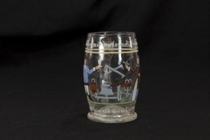 Henkelglas, um 1900, im Stil des 18. Jh., Abriß, Emaillmalerei, Darstellung eines Mannes und einer Frau, sowie Zimmermannswerkzeuge, Umschrift: Welcher mir den Trunk versagt, der muß sein ein Mann verzagt, 1805, unbeschädigt. H: 13 cm.
