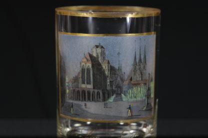 """Glas, vermutlich S. Mohn Schule, um 1810, zylindrische Form, Darstellung des Doms zu Erfurt mit Figurenstaffage, ausgesprochen feine, detailgetreue Glasmalerei, beschriftet: """"Der Dom zu Erfurt"""". H : 11 cm, www.beyreuther.de"""