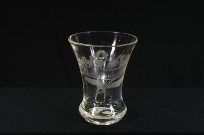 """Becherglas, 2. Hälfte 19. Jh., farbloses Glas, mit Henkel, verziert in feinem Schliff mit Blumenstrauß und Inschrift: """"Zum Andenken"""", unbeschädigt. H: 10 cm"""