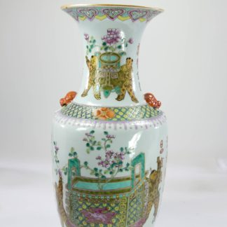 Vase, China, 20. Jh., ungemarkt, polychrom bemalt mit Vasen, Räuchergefäßen, Figuren, Vögeln, Crysanthemen und Schriftzeichen, Gebrauchsspuren, unbeschädigt. H: 44 cm.