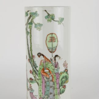 Zylindervase, China, Ende 19. Jh., rote Stempelmarke, bemalt mit 3 Damen in Landschaft, Gebrauchsspuren, unbeschädigt. H: 28 cm, Vase, China, 19th century, cylindric shape, painted with 3 ladies in landscape, red mark on the bottom, undamaged, www.beyreuther.de