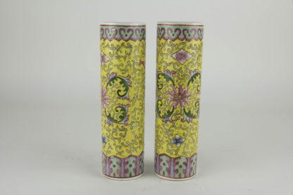 2 Stangenvasen, China, 1. Hälfte 20. Jh., gelbgrundig, umlaufend bemalt mit Ornamenten und Blumen, Zierkante in rot und grün als Abschluss, eine Vase mit Haarriss und Chip, sonst unbeschädigt. H: 22 cm, www.beyreuther.de