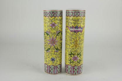 2 Stangenvasen China. 1. Hälfte 20. Jh.. gelbgrundig. umlaufend bemalt mit Ornamenten und Blumen. Zierkante in rot und grün als Abschluss.