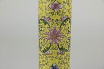 2 Stangenvasen, China, 1. Hälfte 20. Jh., gelbgrundig, umlaufend bemalt mit Ornamenten und Blumen, Zierkante in rot und grün als Abschluss, eine Vase mit Haarriss und Chip, sonst unbeschädigt. H: 22 cm.