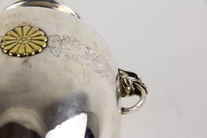 Vase, Japan, um 1930, Silber, gemarkt D. KOBAYASHI, Geschenkvase des Kaisers Hirohito Showa,Tenno von Japan auf der Schauseite mit dem goldenen Wappen des Tennos verziert, flankiert von zwei gravierten Phönixen, beidseitig Henkel in Form von Fabelwesen, Gebrauchsspuren, rückseitig mit Dellen, H: 25 cm, www.beyreuther.de