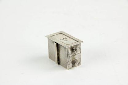 Miniatur-Kodansu, Japan, um 1900, Silber, gemarkt mit dem Mou (Wappen), des Honda Clans aus Mikawa, Korpus mit zwei Schubkästen, Gebrauchsspuren. 2,2 cm x 3 cm x 1,8 cm, www.beyreuther.de