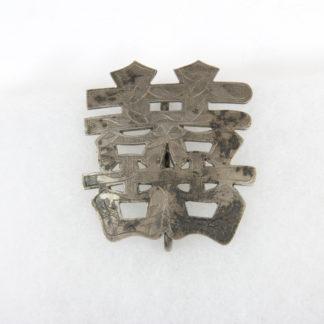 Anstecker, China, 19./20. Jh., Silber graviert, in Form des Zeichens für doppeltes Glück, guter Zustand. H: 5,1 cm, B: 4,4 cm, www.beyreuther.de