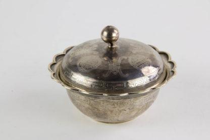 Deckeldose, China, 19./20. Jh., 800er Silber, umlaufend mit Glückssymbolen graviert, Deckelknauf etwas verbogen, sonst guter Zustand. H: 8 cm, 167 g