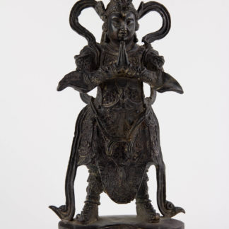 Figur, Asien, 20. Jh., Lokapala (Weltenhüter, auch königliche Wächter sind in der Mythologie des Hinduismus und des Buddhismus die Wächter der vier bzw. acht Himmelsrichtungen. Jedem von ihnen hat Elefanten als Helfer zur Seite. Sie wurden traditionell paarweise am Eingang eines Grabes dargestellt, um das Grab zu beschützen.), Bronze, im Stil der Mingzeit, patiniert. H: 27 cm, www.beyreuther.de