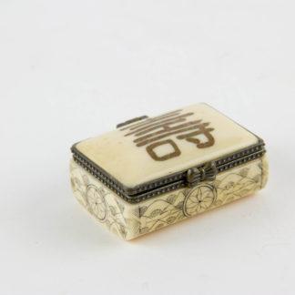 Kleine Dose, Tibet, 20. Jh., Bein, Deckel mit Schriftzeichen verziert, Korpus graviert und geschwärzt, Gebrauchsspuren. L: 4,5 cm, B: 3 cm, Little box with cover, bone, Tibet, 20th century, decorated, good condition, www.beyreuther.de