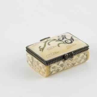 Kleine Dose, Tibet, 20. Jh., Bein, Deckel mit Ornamenten verziert, Korpus graviert und geschwärzt, Gebrauchsspuren. L: 4,5 cm, B: 3 cm, Little box with cover, bone, Tibet, 20th century, decorated, good condition