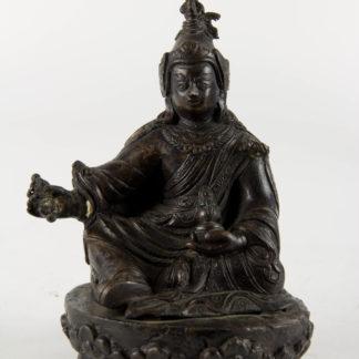 Figur, Tibet, 18. Jh., Padmasambhava (Lotosgeborener, auch Guru Rinpoche, Guru Padma, Padina Sambhava oder Padmakara, 8. bis 9. Jahrhundert gilt als Begründer des Buddhismus in Tibet zur Zeit des Königs Thrisong Detsen), Bronze, fein geschnitten und graviert, Defekt an der Krone, Zepter fehlt, schöne, alte gewachsene Patina. H: 14 cm, www.beyreuther.de