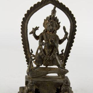 Altar, wohl Nepal/Nordindien, Skanda (hinduistischer Gott) auf Pfau stehend, feine Patina mit Resten von roter Kultbemalung, Sockel mit gravierten Schriftzeichen. H: 19 cm, www.beyreuther.de