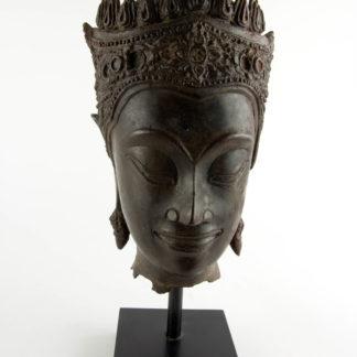 Buddha-Kopf, Thailand, Ayutthaya Periode (1350-1767), 17./18. Jh., Kopf mit königlischer Krone, Spitze fehlt, Reste von roter Kultfarbe, Ausgrabungsstück mit schön gewachsener Patina. H: gesamt 32 cm, Kopfhöhe: 22 cm, www.beyreuther.de