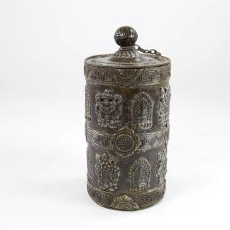 Deckelgefäß, China, 20. Jh., Kupfer, verziert aufgesetzten buddhistischen Symbolen, guter Zustand. H: 18 cm.