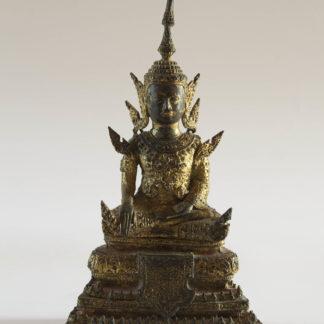 Buddha, Thailand, Ratanakosin Periode, (benannt nach der Insel beziehungsweise der Stadt Rattanakosin wird die geschichtliche Epoche Thailands unter der Chakri-Dynastie von 1782 bis heute, oder manchmal nur bis zum Ende der absoluten Monarchie 1932, als Rattanakosin-Periode bezeichnet. Ebenso wird der Kunststil der Kunstwerke, die seit der Gründung Bangkoks 1782 entstanden, Rattanakosin-Stil genannt.), 19. Jh., Bronze mit Goldlack überzogen, im Lotussitz, die Hände in bhumisparsa mudra, eine reichlich verzierte Robe tragend, feine Ausführung mit schöner Patina. H: 20 cm, A Thai gilt-lacquered Bronze figure of Buddha late Rattanakosin period, 19th century, seated in dhyanasana with his hands in bhumisparsa mudra wearing robes impressed with foliate and stellate motifs, his face in a meditative expression, www.beyreuther.de