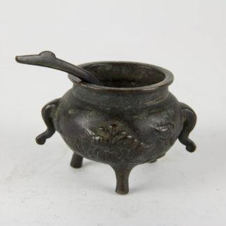 Räuchergefäß, China, Ming Dynastie (1368-1644), Bronze, verziert mit Blumendekor, auf drei Beinen, dazu kleiner Löffel, guter Zustand, mit Patina, wohl Ausgrabungsstück. D: 6,5 cm, H: 5 cm, www.beyreuther.de