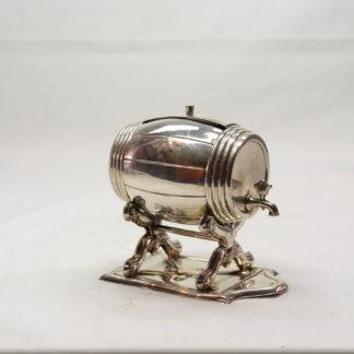 Kleines Fass, Mitte 19. Jh., Silber, undeutliche Silbermarken, Fass auf Ständer mit Deckel zum Öffnen, guter Zustand. H: 8 cm, B: 9 cm, 69 g, www.beyreuther.de
