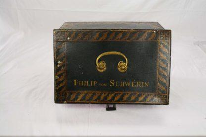 Kleiner Kasten, um 1810, Weißblech mit goldenen Ornamenten bemalt, bezeichnet Philipp von Schwerin, einige Farbabsplitterungen, sonst guter Zustand, selten. H: 13 cm, B: 28 cm, T: 18 cm.