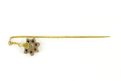 2 Krawattennadeln, Schweden, 20. Jh., 1: Silber mit Halbperle, 2: vergoldet mit Anhänger als Blüte mit Granaten besetzt, gebrauchter, guter Zustand. L: 6 cm, 6,5 cm.