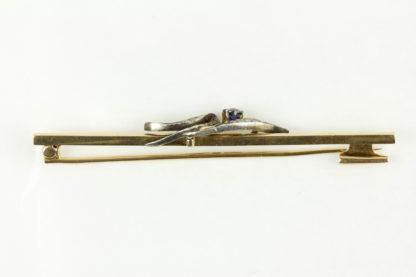 Krawattennadel, Anf. 20. Jh., Fuchs Wien, 585er Gold, mit aufgelegter Blume, Saphir (nicht komplett durchgefärbt) als Blüte, Blätter mit Diamantrosen, sehr dekorativ, Tragespuren. L: 7,2 cm, 5,7 g.