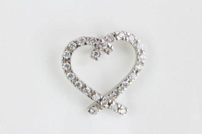 Anhänger, 925er Silber gestempelt, Anhänger in Form eines Herzen mit farblosen Steinen besetzt, getragen, Gebrauchsspuren. Höhe Herz: 13 mm, www.beyreuther.de