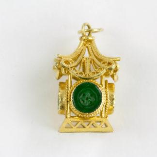 Anhänger, China, Mitte 20. Jh., 18 Karat Gold, 3 g, ungemarkt, in Form einer Pagode mit vier Jademedaillons als Käsch Münzen gearbeitet, sehr feine Qualität. H: 2,4 cm, www.beyreuther.de