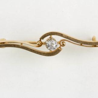 Brosche, 1. Hälfte 20. Jh., 18 Karat Gold, mit Brillianten (ca. 0,2 ct) besetzt. L: 45 mm. www.beyreuther.de