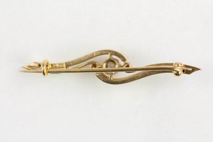 Brosche, 1. Hälfte 20. Jh., Rotgold, 14 Karat, mittig mit Blüte, besetzt mit Perlen. L: 42 mm.