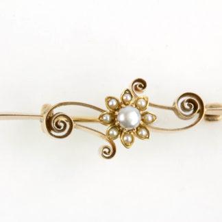 Brosche, 1. Hälfte 20. Jh., Rotgold, 14 Karat, mittig mit Blüte, besetzt mit Perlen. L: 42 mm, www.beyreuther.de