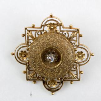 Brosche, Ende 19. Jh., 585er Gold, ungestempelt, im Neo Renaissance-Stil, in der Mitte ein Alt-Schliff Diamant, sehr feine Juwelierarbeit, Verschluss fehlt, Gebrauchsspuren. 36 mm x 36 mm, 5,8 g, www.beyreuther.de