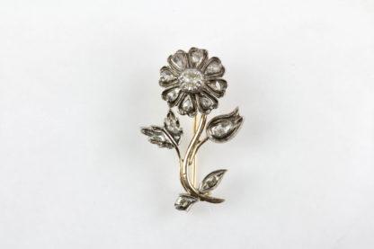Brosche, 19. Jh., in Form einer Blume, Gold und Silber, besetzt mit Altschliff-Diamanten, sehr dekorativ, Gebrauchsspuren. H: 4 cm, www.beyreuther.de