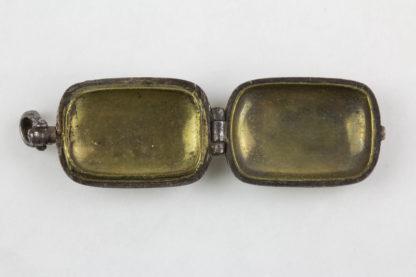 Anhänger, Japan, Edo Periode, rechteckige, bauchige Form, Eisen mit Goldeinlagen, zum Öffnen, mit Messing ausgelegt. H: ca 15 mm.