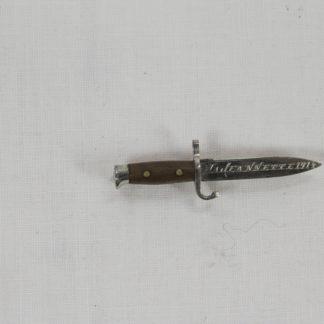 """Anstecknadel in Form eines Bajonetts, wohl Frankreich, Stahl verchromt, in Klinge Gravur: """"Ma. Jaennette 1914"""", ausgefallen, selten, sehr guter Zustand. L: 4,5 cm, www.beyreuther.de"""