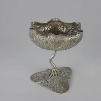 Kleiner Pokal, wohl Vietnam, Anf. 20. Jh., Silber, nicht gestempelt, Schale in Form einer Lotosblüte, Stand Lotusblatt, feine Handwerksarbeit im naturalistischen Stil. H: 10 cm.