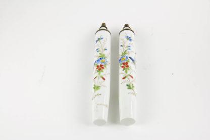 Paar Öllampen, Ende 19. Jh., wohl Frankreich, mit Blumenranken und Schmetterlingen bemalt, mit Petroleum befüllbar, ein Haarriß. H: 19 cm. www.beyreuther.de