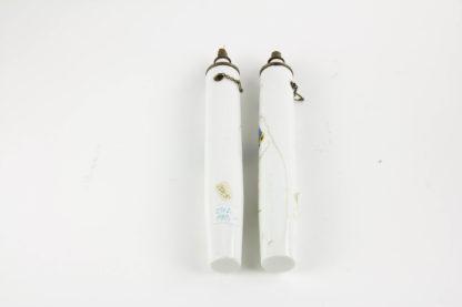 Paar Öllampen, Ende 19. Jh., wohl Frankreich, mit Blumenranken und Schmetterlingen bemalt, mit Petroleum befüllbar, ein Haarriß. H: 19 cm.