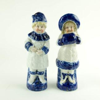 Paar Porzellanfiguren, um 1900, ungemarkt, Mädchen und Junge in Wintersachen, blau-weiß bemalt, im Fuß des Mädchens Brandrisse, sonst unbeschädigt. H: 22 cm. www.beyreuther.de
