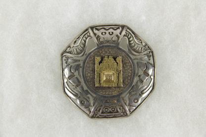 Brosche, Peru, 20. Jh., Silber (925er gestempelt), im aztekischen Stil, aufgesetztes Mittelteil aus Gold (18 Karat), gebrauchter, guter Zustand. 5,2 cm x 5,2 cm, www.beyreuther.de