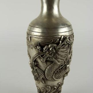 Vase, China, 20. Jh., Metall, Silberfarben, umlaufend mit plastisch aufgelegten Drachen und Schriftzeichen verziert, Gebrauchsspuren. H: 27 cm, www.beyreuther.de
