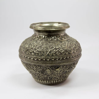 Vase, wohl Tibet, um 1900, Weißmetall, verziert mit Ornamenten und Drachen, guter Zustand. H: 12,5 cm, Vase, probably Tibet, metal, decorated with dragons.
