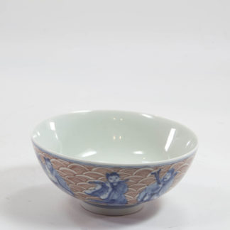 Teeschale, China, 20. Jh., gemarkt, bemalt mit den 8 Unsterblichen in blau, auf rot gewellten Untergrund, Unterglasur, unbeschädigt. H: 5 cm, D: 10 cm, Tea bowl, China, 20th century, painted with the Eight Immortals in blue, red waved ground, www.beyreuther.de