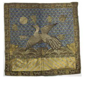 2 Buzi, China, um 1900, Gangxu Periode, Gold- und Silberfäden Stickerei, Gebrauchsspuren. H: 29 cm, B: 30 cm, www.beyreuther.de