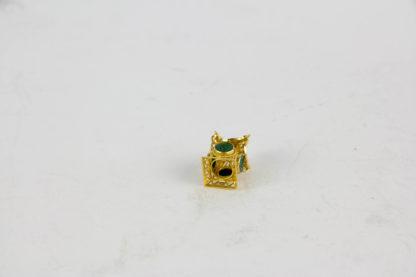 Anhänger, China, Mitte 20. Jh., 18 Karat Gold, 3 g, ungemarkt, in Form einer Pagode mit vier Jademedaillons als Käsch Münzen gearbeitet, sehr feine Qualität. H: 2,4 cm.