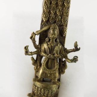 Beschlag, wohl Nepal. 20. Jh., Bronze, mehrarmige Götterfigur (Durga), geschnitten und graviert, auf Lotussockel, mit Inschrift. L: 18 cm, B: 7,5 cm, www.beyreuther.de