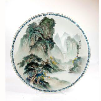 Großer Zierteller, China, 20. Jh., verziert mit Berglandschaft, Haarriß. D: 40,5 cm. www.beyreuther.de