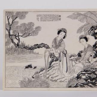 Plakette, China, erste Hälfte 20. Jh., auf Elfenbein Darstellung von 2 Frauen am Fluss Seide waschend, in Kupferstichmanier, Text, wohl Gedicht, sehr feine Qualität. H: 10 cm, B: 12,5 cm, www.beyreuther.de