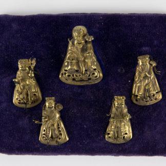 Glücksgötter, China, um 1900, Glücksgötter für Mützen, wohl Silber, vergoldet, auf Samtkissen genäht, Gebrauchsspuren. H: 3,5 cm bis 4 cm, www.beyreuther.de