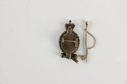 Geschenk-Brosche, Österreich, um 1780, Joseph II, Gold und Silber, ovales Medaillon mit dem Portrait von Joseph II, umgeben von Diamanten im Altschliff, bekrönt mit Kaiserkrone, Abschluss mit Schleife (defekt), später angebrachte Sicherheitsnadel. H: 4 cm.